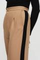 Le Gang - Maje - Pantalon à Pinces et Bandes Contrastées - photo produit porté de profil
